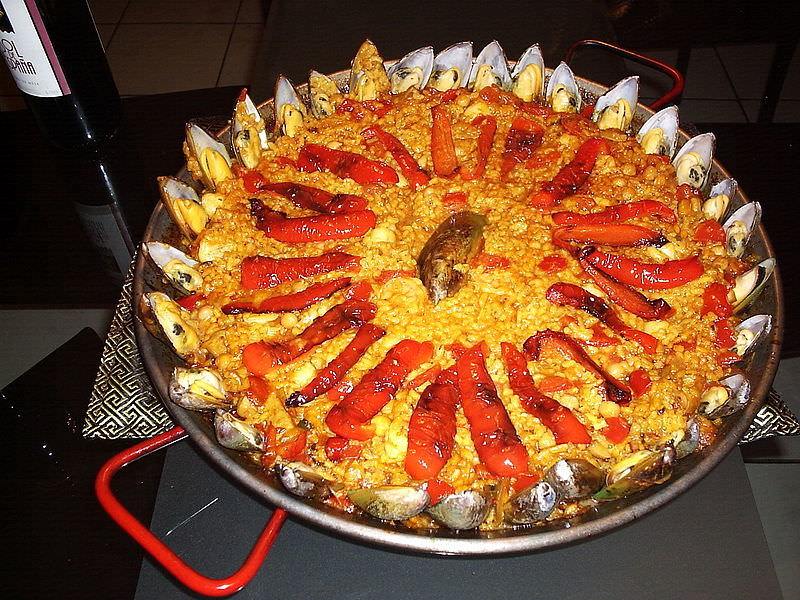 800px-Red_paella_with_mussels.jpg